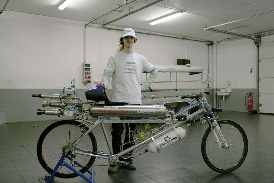 Франсоа Жиси со својот велосипед на ракетен погон