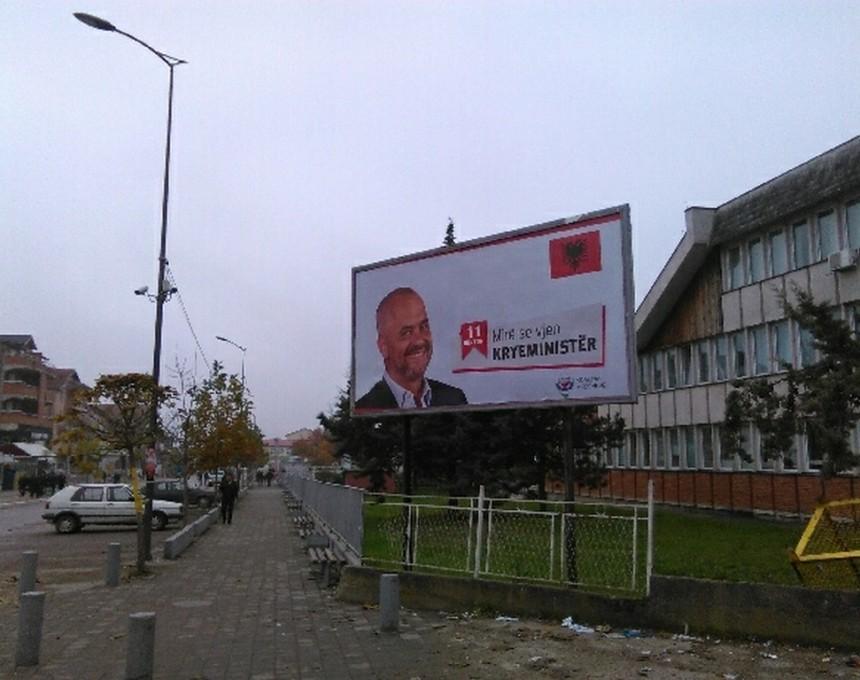 Билборд со албанскиот премиер Еди Рама во Прешево