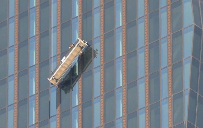 Работниците биле заглавени на 400 метри висина