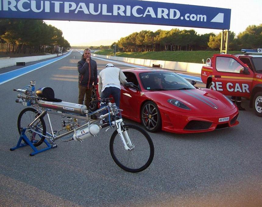 Трка меѓу велосипед со ракетен погон и Ферари