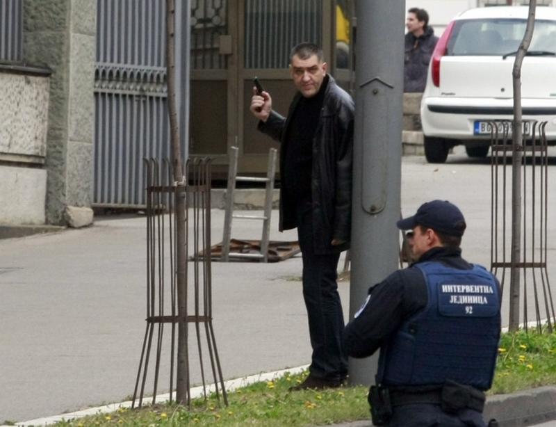 maz so pistol pred vlada na srbija