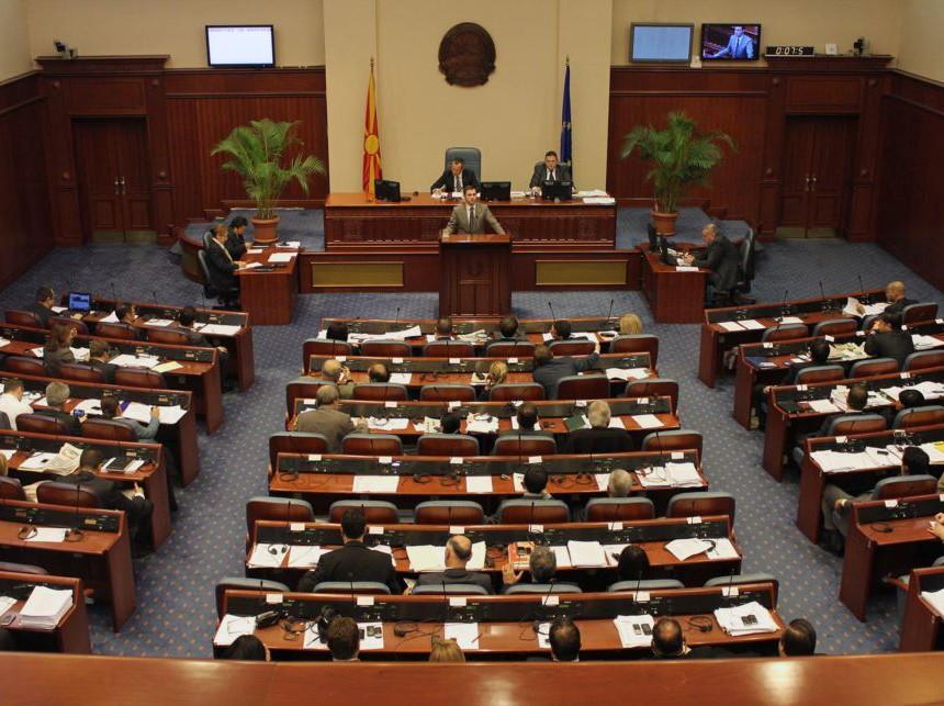 Само три пратенички од вкупно 34 се вклучија во работата на Собранието, останатите пратеници поднесоа оставки