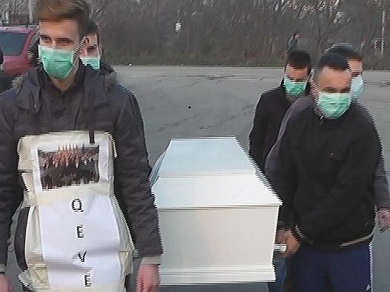 Во рамки на протестот, беше организиран и симболичен погреб со мртовечки ковчег