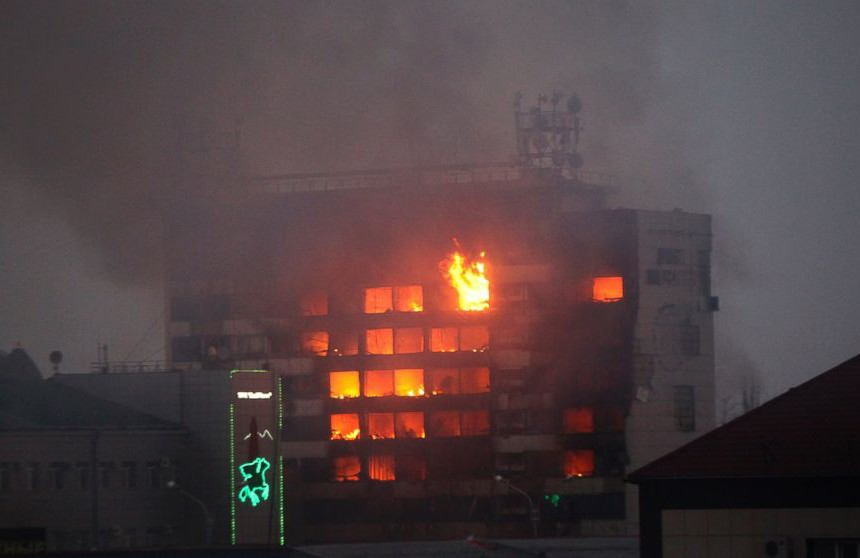 Половина од зградата во која се засолниле напаѓачите е запалена, во акцијата на безбедносните служби