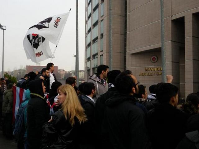 На протестот се појавија и навивачите од ривалските клубови на Бешикташ