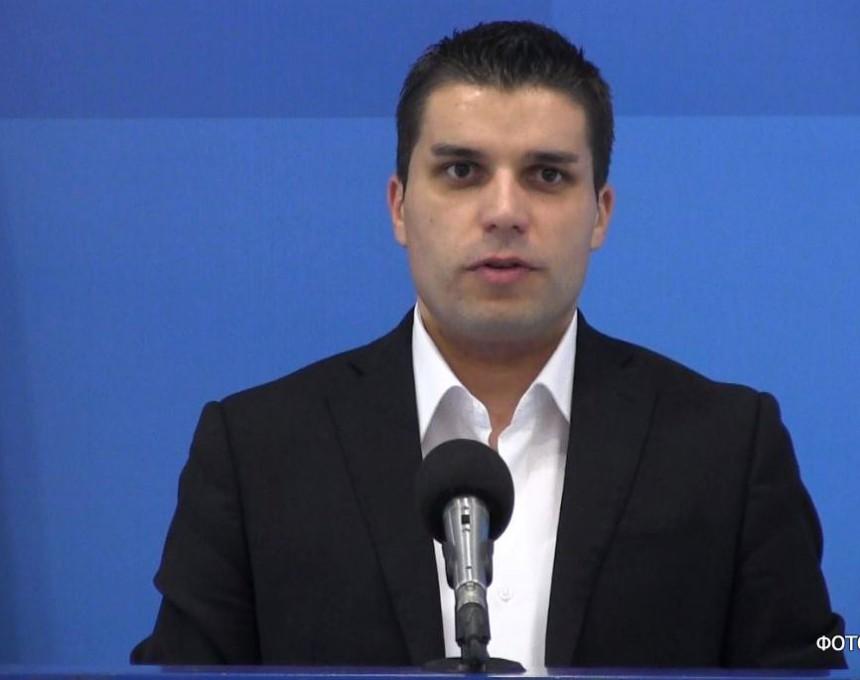 """Овој закон води кон послушна и партиска администрација, а не води кон европска професионална каква што им е потребна на граѓаните и на што е обврзана Република Македонија"""", рече Николовски"""