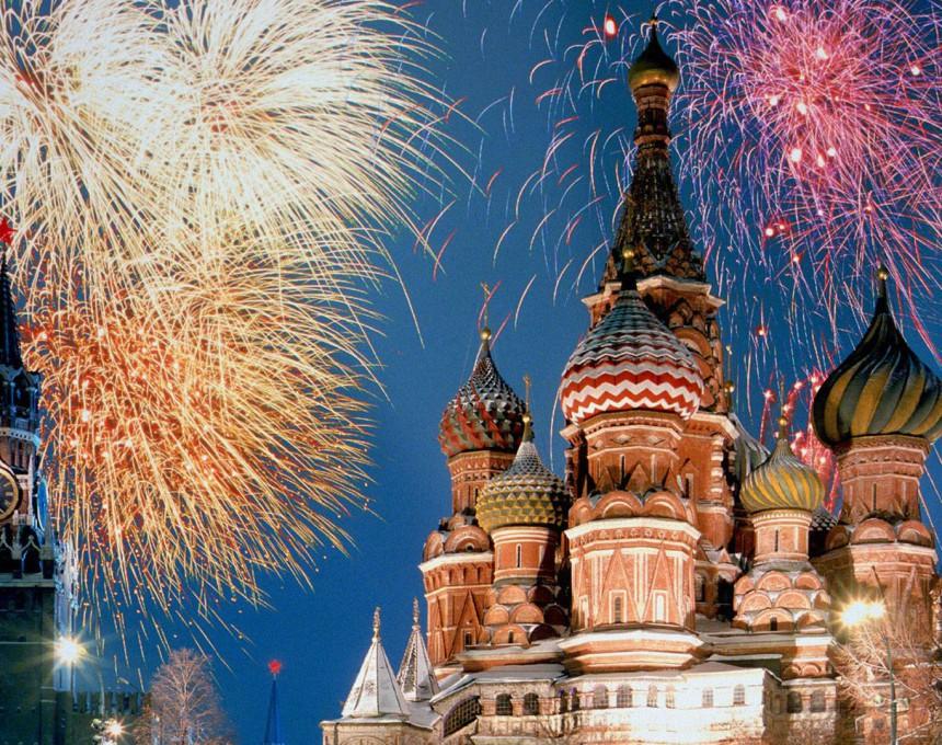 Оваа елка е подарок од членовите на една група активисти кои сакаат да покажат дека е можно Москва да се осветли