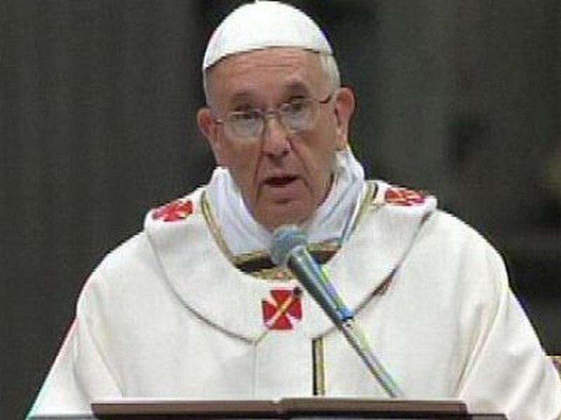 Папата во своето традиционално обраќање бил невообичаено остар и  по завршувањето на говорот добил ладен аплауз од присутните кардинали и бискупи