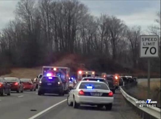 Возачот на камионот отворил оган при што ги повредил полицајците