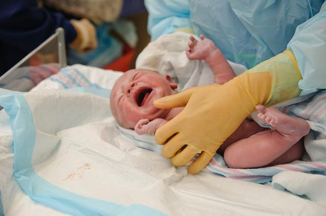 бебе новороденче раѓање