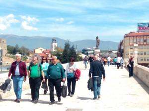 Скопје Камени Мост топло време сонце луѓе шетање