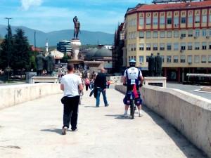 туристи Скопје Камени Мост топло време сонце луѓе шетање