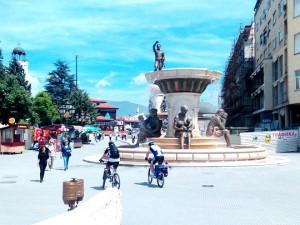 туристи  Скопје топло време сонце луѓе шетање