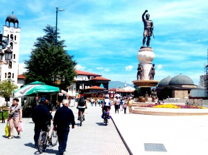 Скопје топло време сонце луѓе шетање
