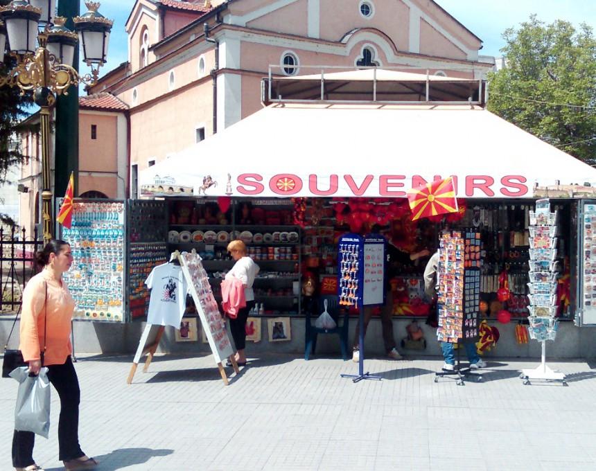 сувенири Скопје топло време сонце луѓе шетање
