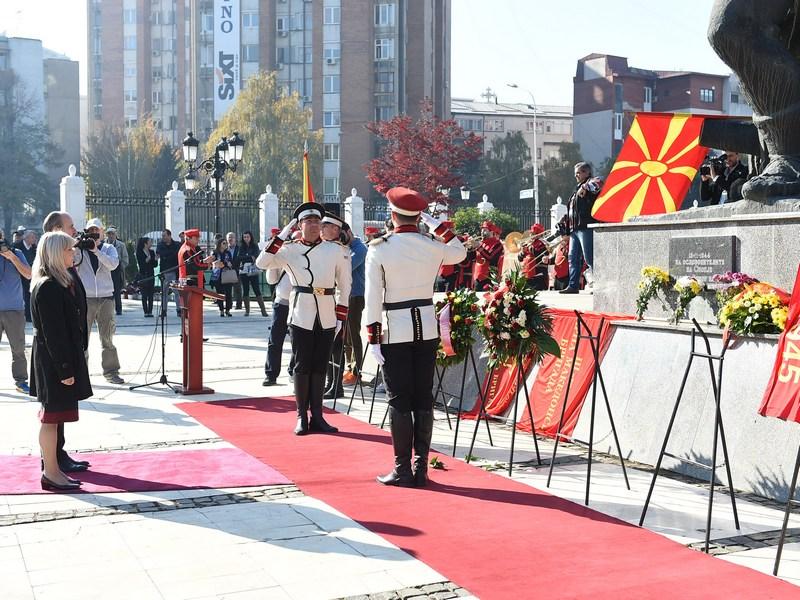 Polozuvanje cveke spomenik pred Vlafa 13 Noemvri 2015 (6)