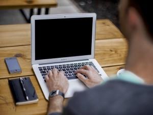 блогер bloger kompjuter laptop компјутер лаптоп