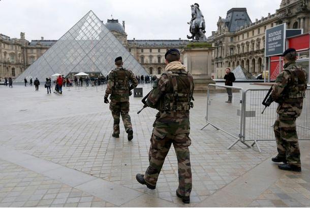 francija pariz napad luvr