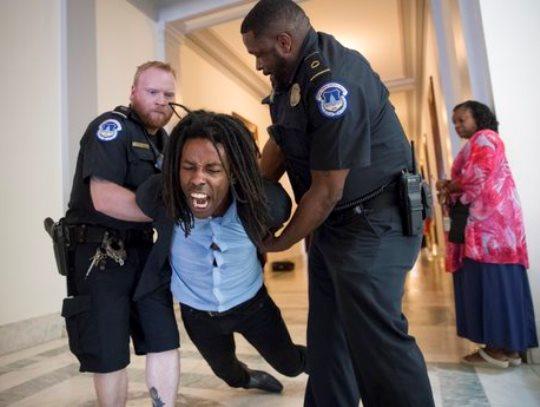 sad protest senat apsenje