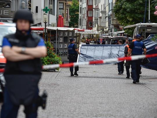 shvajcarija policija motorna pila napad
