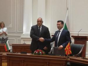 1 Borisov i Zaev Dogovor za dobrososedstvo potpishuvanje Vlada na MK 1avg17 - Meta