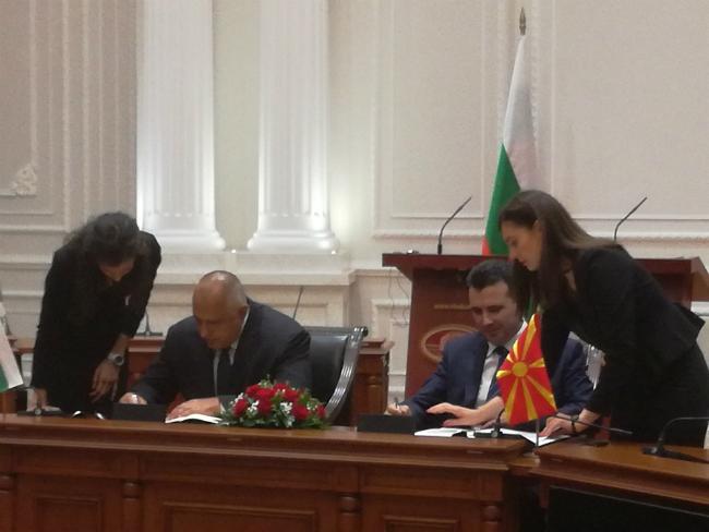 3 Borisov i Zaev Dogovor za dobrososedstvo potpishuvanje Vlada na MK 1avg17 - Meta