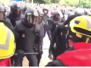 Барселона пожарникари против полицајци референдум за независност 1окт17 - Screenshot