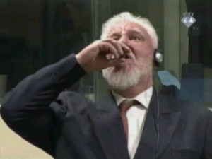 Slobodan Praljak ispiva otrov vo sudnica vo Hag 29noe17 - Screenshot