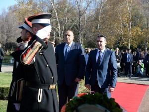 Zaev i Borisov pred spomenikot na Boris Trajkovski