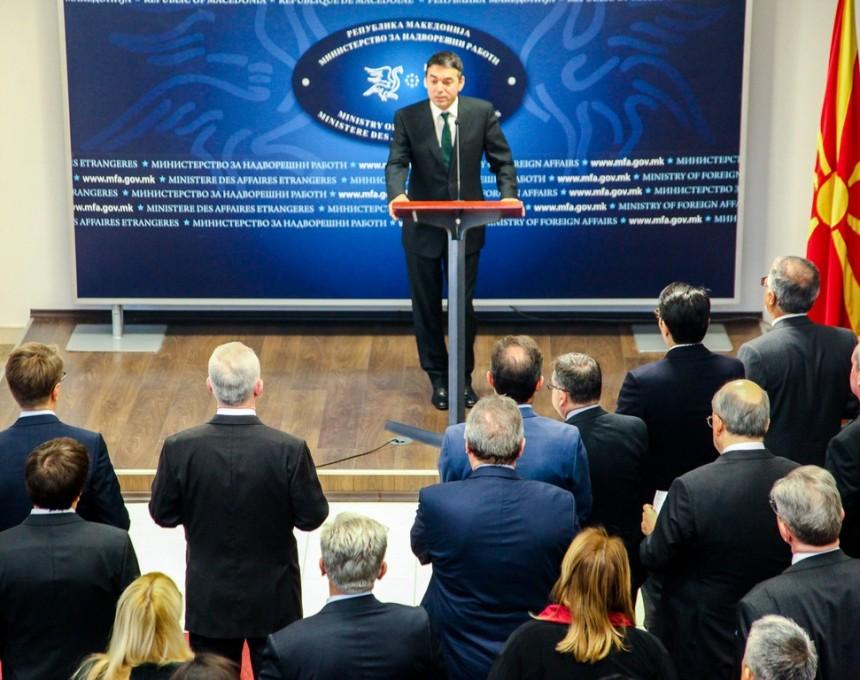 Nikola Dimitrov so diplomatskiot kor