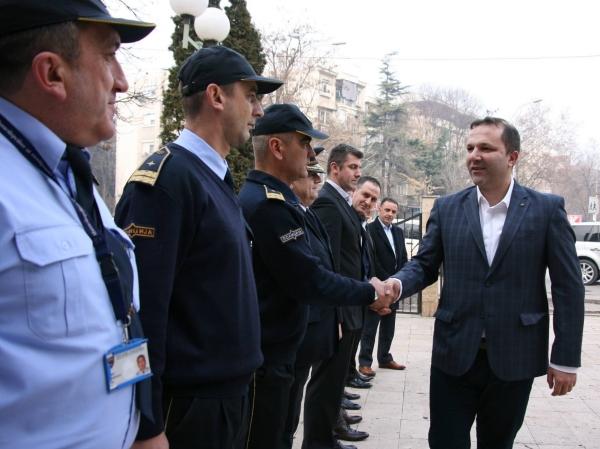 Oliver Spasovski pozdravuva policajci SVR Skopje 1jan18 - MVR