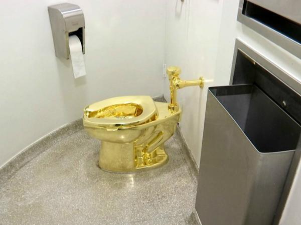 Zlatna sholja America na Maurizio Cattelan vo muzejot Gugenhajm