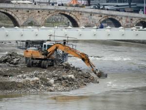Градот Скопје ги расчистува насипите и градежниот материјал од коритото на Вардар (3)