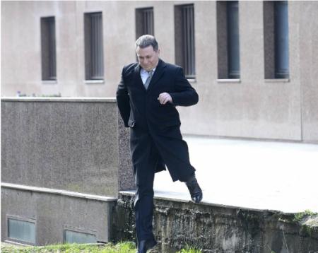 """Фотографијата со Груевски пред Основниот суд Скопје 1 на Маја Златевска за само неколку часа доживеа 50 """"преобјавувања""""."""