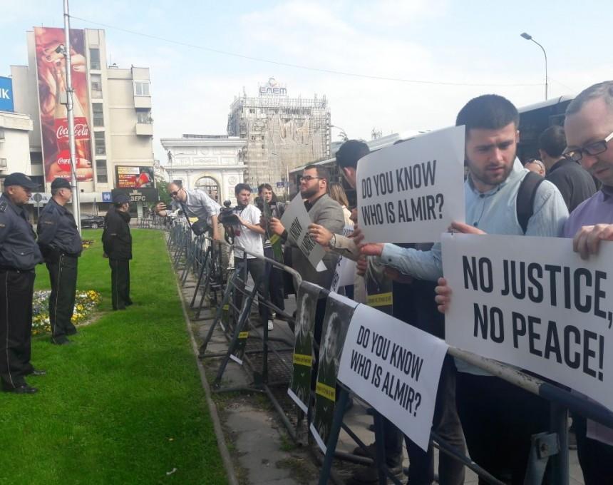 1 Protesti za Almir Aliu pred Sobranie pred Mogerini 19apr18 - Meta