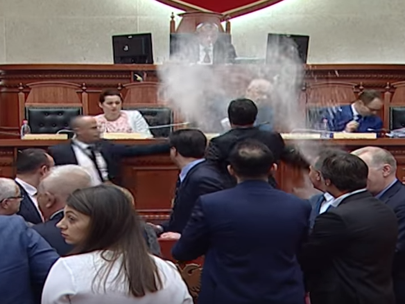 Edi Rama brashno jajca parlament Albanija 12apr18 - screenshot