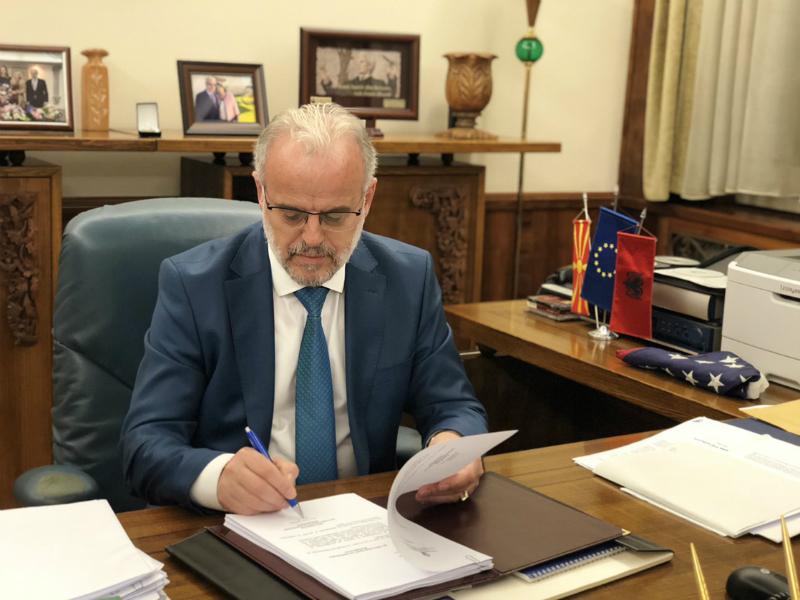Talat Dzaferi ja potpishuva Spogodbata so Grcija po glasanjeto 19jun18 - Sobranie