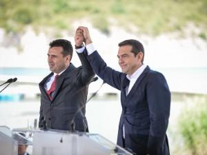 Zaev i Cipras potpisuvanje na Dogovor Prespa3