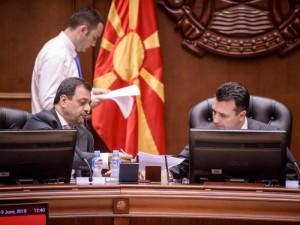 Zoran Zaev i Kocho Angjushev sednica Bujar Osmani vo pozadina 19jun18 - Vlada