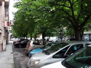 parkirani avtomobili parkiranje ulici Aminta Treti 27jun18 - Meta