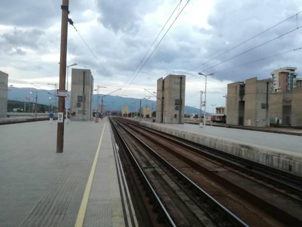 1 Zheleznichka stanica Skopje patnici voz vozovi prugi Makedonski zheleznici jul18 - Meta
