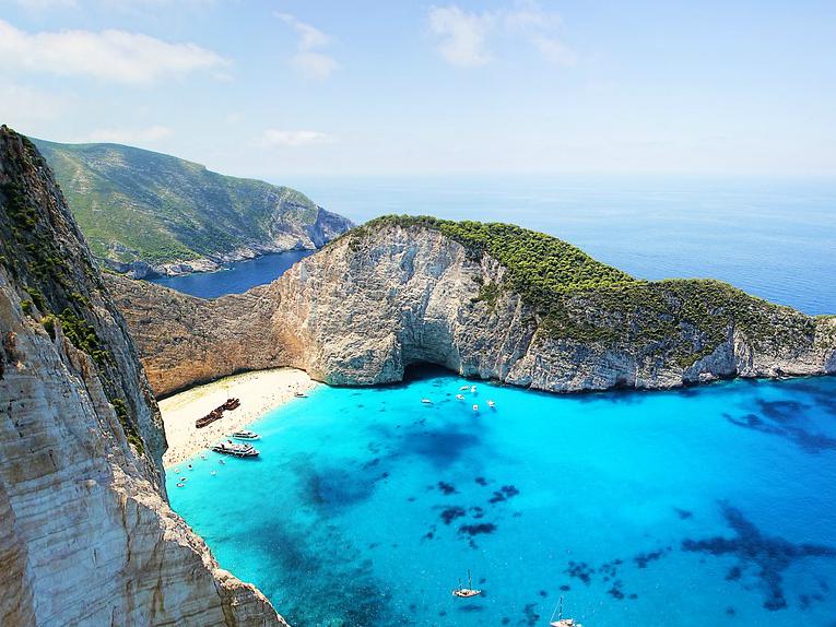 Zakintos plazhata so nasukaniot brod - Pixabay