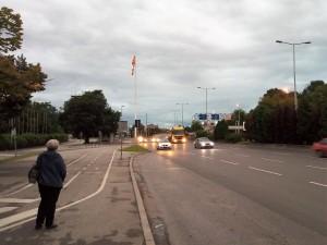 soobrakjaj avtomobili farovi zapaleni svetla ulica Skopje bulevar kaj hotel Kontinental 26jun18 - Meta