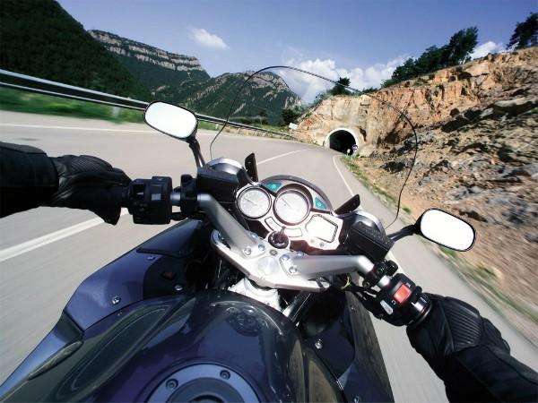 motociklist pred tunel