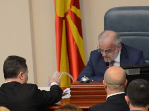 izglasan zakonot za jazicite Gruevski istura voda na Talat - Borche Popovski