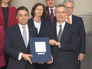 Nikola Dimitrov i Jens Stoltenberg potpishuvanje protokol za pristapuvanje Brisel 6fev19 - NATO