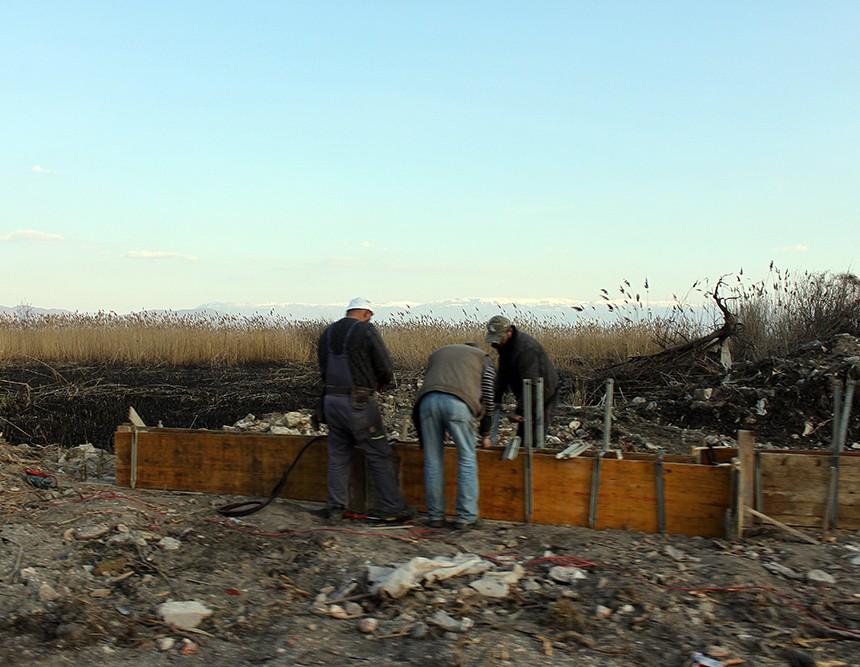 Охрид SOS: На брегот и среде изгорената трска кај Струга се градат бетонски огради