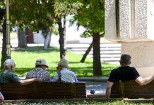 klupi penzioneri zheshko sonce toplo