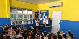 """Лили Сатидтанасарн подучува деца од градинка за потребата да се прекине со користење пластични предмети за една употреба во општеството. Фото од страницата на Фејсбук """"Бај бај пластични кеси Тајланд"""" (Bye Bye Plastic Bags Thailand)."""