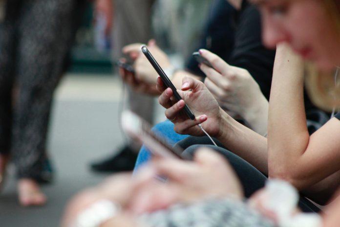 Млади лциа користат телефони